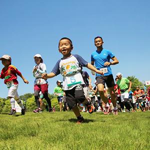楽しく体を動かそう!芝生を味わうランニング教室(親子向け)